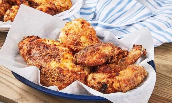 pollo frito en freidora de aceite